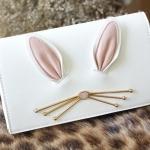 กระเป๋า คลัชหนังสวย มีหูกระต่ายและหนวดสีทอง ติดแน่นกับกระเป๋า