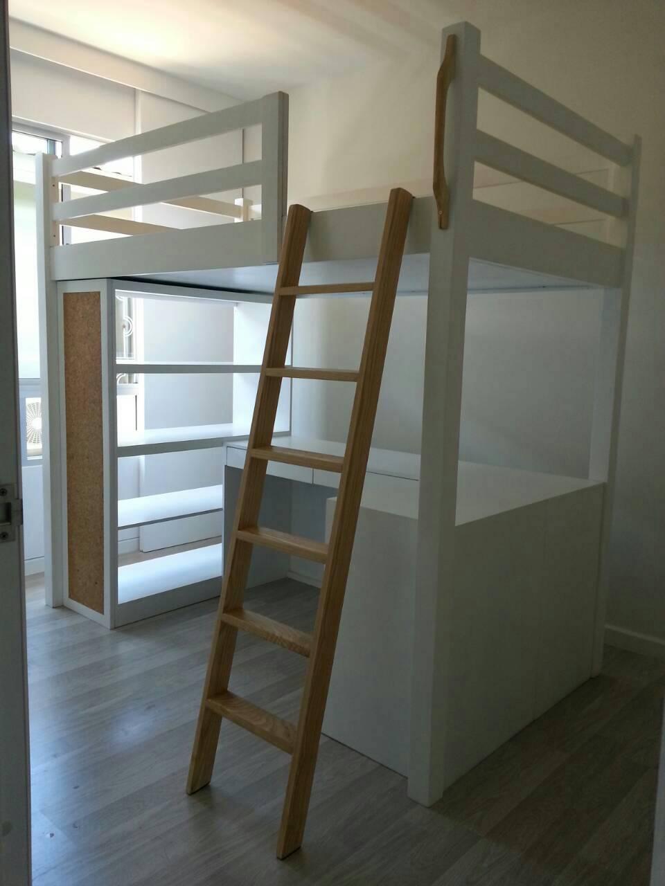 เตียงเดี่ยว แบบยกสูง ชั้นล่างเป็นชั้นวางของ และโต๊ะเขียนหนังสือ