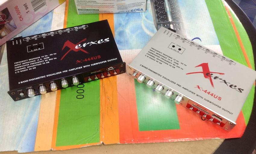 ปรีแอมป์รถยนต์ 3 แบนด์ มีช่อง USB และ SD CARD ยี้ห้อ XERXES รุ่น x-444us