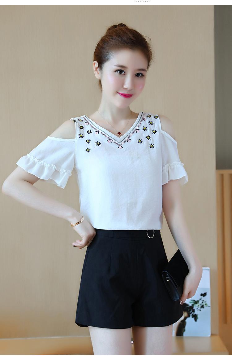 เสื้อแฟชั่นสไตล์เกาหลี เว้าไหล่ ปักลายคอเสื้อ ปลายแขนระบาย สีขาว