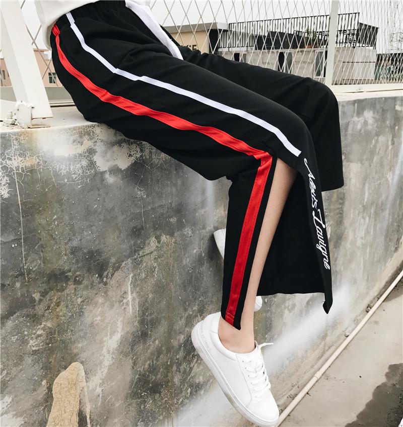 [พร้อมส่ง] กางเกงขายาวปักตัวอักษรมีผ่าเปิดข้างโชว์ขา สีดำ