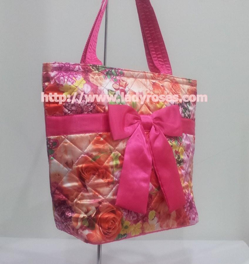 กระเป๋าสะพาย นารายา คอลเลคชั่น ต้อนรับ ตรุษจีน ผ้าซาตินมัน พิมพ์ลายดอกไม้ ผูกโบว์ด้านหน้า มีซิปสีทอง โลโก้นารายา (กระเป๋านารายา กระเป๋าผ้า NaRaYa กระเป๋าแฟชั่น)