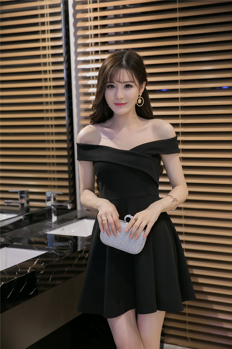 ชุดเดรสแฟชั่นเกาหลี โชว์ไหล่ เซ็กซี่ กระโปรงบาน สีดำ