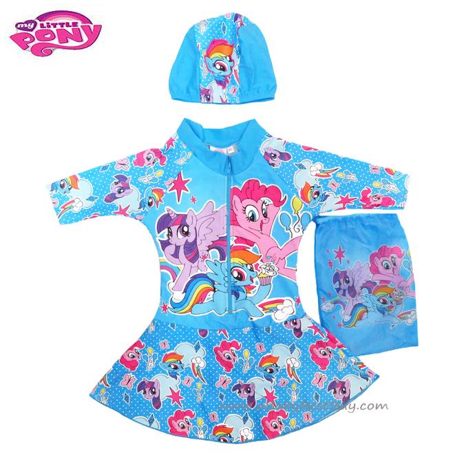 ฮ Size XS - ชุดว่ายน้ำ เด็กผู้หญิง My Little Pony บอดี้สูทเสื้อแขนยาว กระโปรงกางเกง สีฟ้า สกรีนลาย มายลิทเติ้ลโพนี่ มาพร้อมหมวกว่ายน้ำและถุงผ้า สุดน่ารัก ใส่สบาย ลิขสิทธิ์ฮาสโบแท้ โพนี่แท้ (สำหรับเด็กอายุ 1-3 ปี)