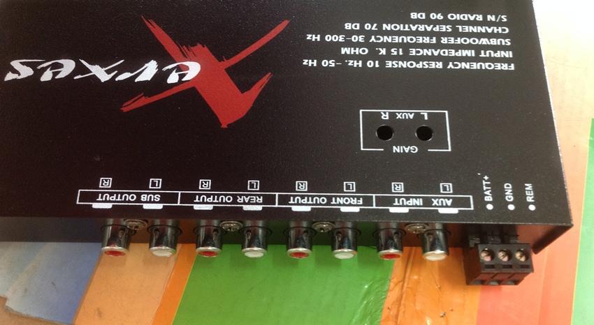 ด้านหลังของ ปรีแอมป์รถยนต์ 3 แบนด์ ยี้ห้อ XERXES สามารถใช้ USB เล่น mp3 ได้