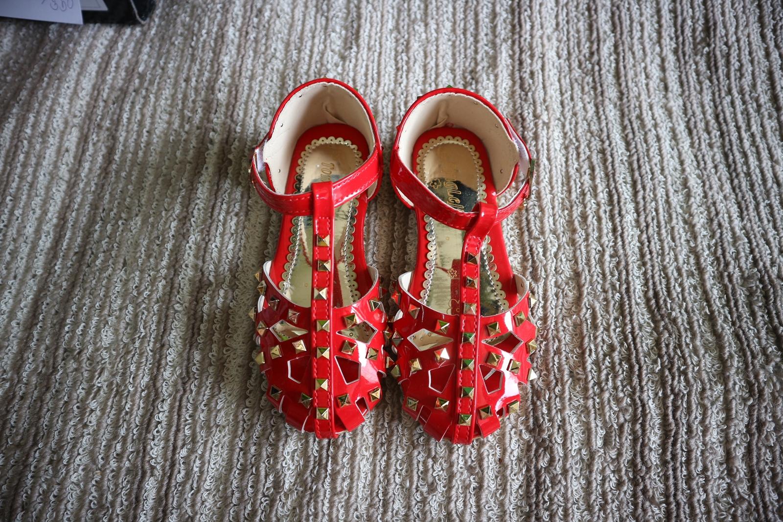 รองเท้าแฟชั่นเด็กสีแดงหมุดทอง