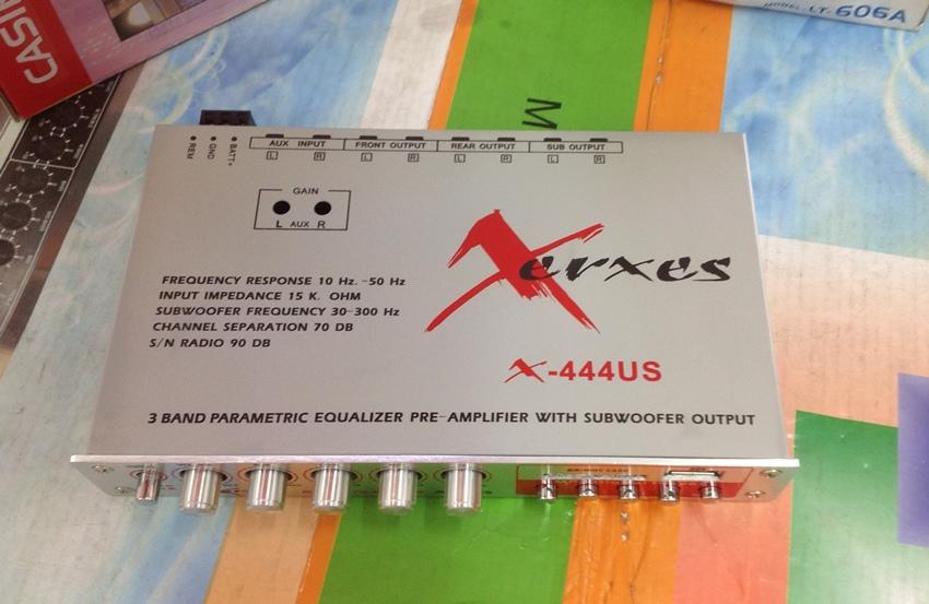ด้านบนของ ปรีแอมป์รถยนต์ 3 แบนด์ ยี้ห้อ XERXES สามารถใช้ USB เล่น mp3 ได้