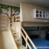 เตียงเดี่ยวยกสูงทรงบ้าน พร้อมบันไดแบบฝาเปิด-ปิดเก็บของได้ และสไลเดอร์