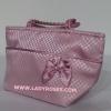 กระเป๋าถือ นารายา ผ้าซาตินมัน ลายตารางเล็ก สีชมพู ติดโบว์เล็กๆ ด้านหน้า สายหิ้ว หูเปีย มีซิปสีทอง โลโก้นารายา (กระเป๋านารายา กระเป๋า NaRaYa กระเป๋าผ้า)