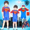 ( For Kids สำหรับเด็กอายุ 6เดือน-14 ปี ) Swimsuit for Boys ชุดว่ายน้ำเด็กผู้ชาย Superman สีน้ำเงิน บอดี้สูทเสื้อแขนสั้นกางเกงขาสั้นสกรีนโลโก้ ซุปเปอร์แมน มาพร้อมหมวกว่ายน้ำและถุงผ้า สุดเท่ห์ ใส่สบาย ลิขสิทธิ์แท้