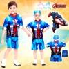 ( สำหรับเด็กอายุ 6เดือน-14 ปี ) Swimsuit for Boys ชุดว่ายน้ำ เด็กผู้ชาย The Avengers - Captain America ชุดบอดี้สูท เสื้อแขนสั้น กางเกงขาสั้น ซิบหน้า สีน้ำเงิน สกรีนลายชุด Captain America เสมือนจริง มาพร้อมหมวกว่ายน้ำและถุงผ้า สุดเท่ห์ ใส่สบาย ลิขสิทธิ์แท้