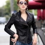 Pre-Order เสื้อแจ็คเก็ตหนัง เสื้อแจ็คเก็ตผู้หญิง เข้ารูปพอดีตัว คอจีน มีปก สีดำ แต่งซิปเก๋ ขลิบดำ แฟชั่นเกาหลี
