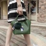กระเป๋าสะพายข้างทรงสวย หนัง pu อย่างดี งานคุณภาพ เกรด aaa มีหลายสีให้เลือก สีสวยทุกสี มาพร้อมตุ้มกับผ้าผูก