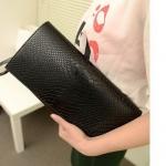(Pre-Order) กระเป๋าคลัช, กระเป๋าแฟชั่นเกาหลี, กระเป๋าสตางค์ ปั้มลายหนังงู สีดำ