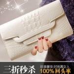 Pre-Order กระเป๋าคลัทช์ปั๊มลายหนังจระเข้ สีขาว กระเป๋าแฟชั่นผู้หญิง เปลี่ยนเป็นกระเป๋าถือออกงานหรูได้ หรือใช้เป็นกระเป๋าสะพายไหล่ได้
