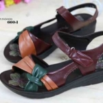 รองเท้าเพื่อสุขภาพ ด้านหน้าทำจากหนังนิ่มประดับดอกไม้
