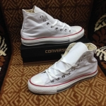 รองเท้าผ้าใบ Converse หุ้มขัอสีขาว