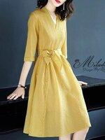 เดรสแฟชั่น Dress คอวี แขน 3 ส่วน เป็นเดรสทรงตรง เนื้อผ้า Silk ผสมลายเส้นทางลง