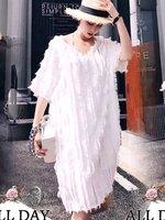 เดรสแฟชั่น เดรสสีขาวคอวี ผ้ามุ้งแต่งขนแบบเส้นๆ ในตัว