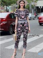 ชุดเซทแฟชั่น Set เสื้อมาคู่กับกางเกงขายาว ตัวชุดพิมพ์ลายดอกไม้บนพื้นผ้าดำ