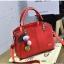 BCYกระเป๋าหนังแฟชั่นสตรี หนังPUอย่างดี มีปุ่มใต้ฐาน+พวงกุญแจ มีสายสะพายยาว สีแดง thumbnail 1