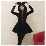 2013 เสื้อคลุมกันหนาว มีฮู้ดหูกระต่ายน้อยน่ารัก สีดำ ซิปหน้า เอวรูด มีสายผูกที่เอว สวยน่ารักมากค่ะ