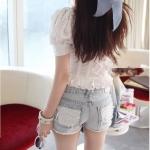 เสื้อฉลุดอกไม้สีขาว ทรงแขนตุ๊กตา สุดหวานสไตล์เกาหลี ดีเทลแต่งระบายชายเสื้อและหน้าอก