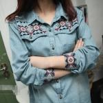 Pre-Order เสื้อเชิ้ตยีนส์ สีบลูยีนส์ แขนยาว ปักแต่งที่หน้าอกและปลายแขน แฟชั่นเสื้อยีนส์สไตล์เกาหลีปี 2014