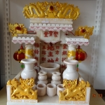 ศาลเจ้าที่ขนาด 16 นิ้ว(รุ่นร่มเย็น) 2 เสา 3 หลังคา 2หงส์ 2 มังกร หินสีขาวพ่นทอง ตัวอักษรแดง