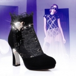 พรีออเดอร์ รองเท้าบู๊ทแฟชั่นผู้หญิง ส้นสูง หัวแหลม หนังแท้ ผสมผ้าลูกไม้ สีดำ Brand: Xuan Hong Mi