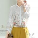 Pre-Order เสื้อเชิ้ตผู้หญิง เข้ารูป แขนยาว สีขาว พิมพ์ลายดอกไม้เล็ก ๆ ด้านหน้า ผ้าชีฟอง
