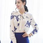 Pre-order เสื้อผ้าชีฟองย่น คอกลม ผูกโบว์ แขนพอง แขนยาว พิมพ์ลายขาว-ฟ้า เสื้อผ้าแฟชั่นเกาหลี