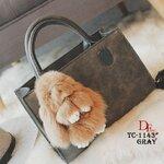 กระเป๋าถือนำเข้าวัสดุหนัง PU หนาอย่างดี มาพร้อมสายสะพาย มาพร้อมพวงกุญแจกระต่ายน่ารัก