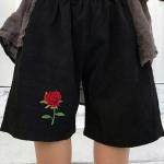 [Preorder] กางเกงขาสั้นสีดำปักลายดอกกุหลาบแดง มีสีดำ/ขาว