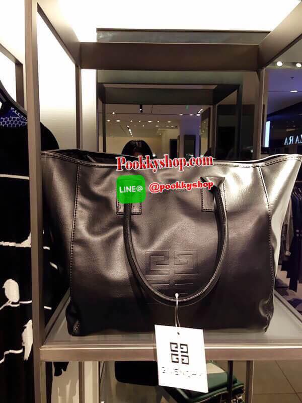 "Best Seller! Givenchy Black Soft Leather Shoulder Handbags (Limited edition!) กระเป๋าถือหรือสะพายพรีเมี่ยมของเเท้จาก ""Givenchy Perfume Counter"" วัสดุหนังนิ่มเรียบสีดำด้านหน้าปั้มโลโก้แบรนด์ GV ภายใน Polyester 100% สีดำสกรีนโลโก้สวยดูดี เปิดปิดด้"