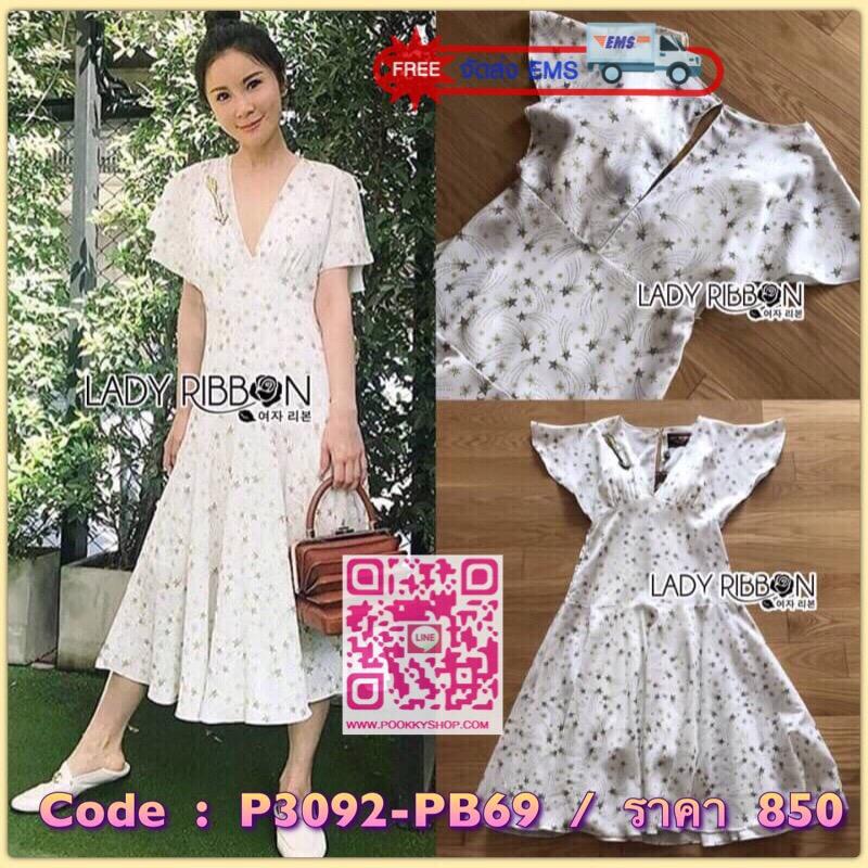 Lady Ribbon's Made Lady Ariana Sparkling Little Star Printed Dress เดรสสีขาวพิมพ์ลายดาวสีทอง ลุคนี้เป็นแบบเดียวกับที่ชมพู่ใส่เลยค่ะสไตล์แบรนด์ La Boutique งานดีมาก เนื้อผ้าเป็นผ้าเครปอย่างดีพื้นสีขาวพิมพ์ลายดาวสีทองทั่วทั้งตัว ทรงเดรสเป็นแบบผ่าลึก เข