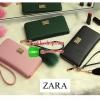 New Collection กระเป๋าทรงยาว หนัง Saffiano ยี่ห้อ Zara พร้อมส่ง ที่ไทย หนังหรู ที่ใครๆ ก็หลงไหลในคามสวยหรู ถือแล้วดูดีจริงๆค่ะ ด้านหน้าประดับด้วยแผ่นโลโก้ Zara สีทองเด่นสง่า สีทองหรูสุดใจ พร้อมอะไหล่ซิป และมุดทอง ด้านในแบ่งเป็น 3 ช่องใหญ่ ช่องกลางใส่เหรีย