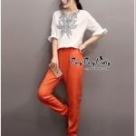Set bell sleeve blouse and Orange pants Style Korea ชุดเซตเสื้อกับกางเกงสีส้ม เนื้อผ้าคอตตอนหนานุ่ม ตัวเสื้อดีเทลเป็นงานปักด้วยไหมลายดอกไม้ งานปักปราณีตสวยค่ะ ช่วงแขนยาวระดับศอกแขนระบายเพื่อเพิ่มความเก๋ให้กับเสื้อ ส่วนตัวกางเกงเนื้อผ้าหนาสีส้ม สวย เอวขอบย
