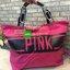กระเป๋า Victoria's Secret ใบใหญ่ สามารถใส่เสื้อผ้าเดินทางได้ 1-2 วัน หรือจะใส่ไปฟิตเนสก็ได้นะคะ มีซิปรูดเปิดปิด หูกระเป๋าคาดตัวอักษร Pink เกร๋ๆ thumbnail 4