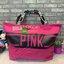 กระเป๋า Victoria's Secret ใบใหญ่ สามารถใส่เสื้อผ้าเดินทางได้ 1-2 วัน หรือจะใส่ไปฟิตเนสก็ได้นะคะ มีซิปรูดเปิดปิด หูกระเป๋าคาดตัวอักษร Pink เกร๋ๆ thumbnail 2