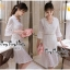 Luxurious Florals Vintage Chic White Lace Dress เดรสผ้าลูกไม้ทั้งตัวใส่ออกงานได้ลุคหรูหรามากค่ะ เนื้อผ้าลูกไม้ทั้งตัวสไตล์งานแบรนด์ ช่วงคอเป็นวีเย็บประดับด้วยเนื้อผ้าเพิ่มความสวยเก๋ให้กับชุด ช่วงแขนยาวปิดศอกบานปลายนิดๆให้ชุดดูไม่เรียบจนเกินไป ช่วงเอวเล่นล thumbnail 4